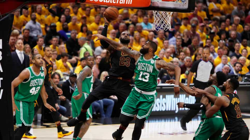 LeBron James lidera a Cavaliers ante Boston y hace historia en los playoffs de la NBA