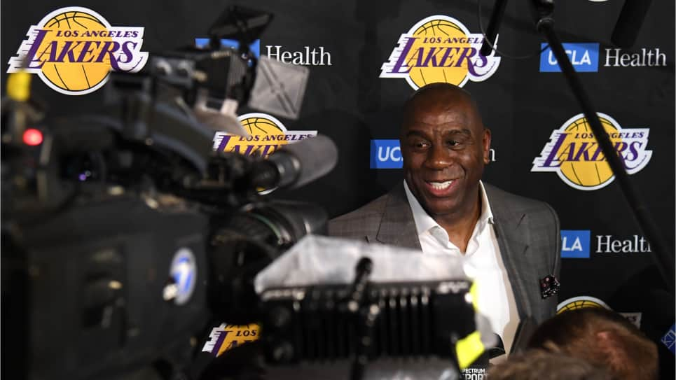 Magic Johnson deja presidencia de los Lakers