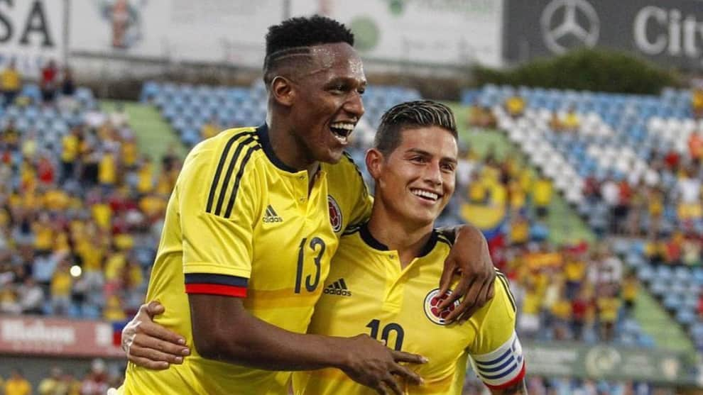 Yerry Mina recibe a James Rodríguez en el Everton